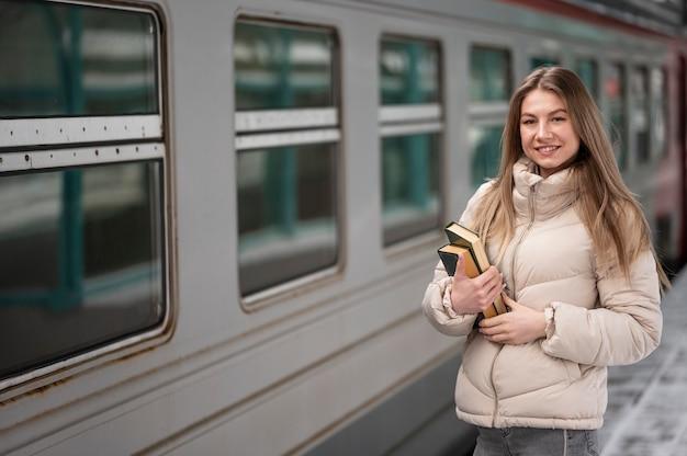 Portret vrouwelijke student met boeken