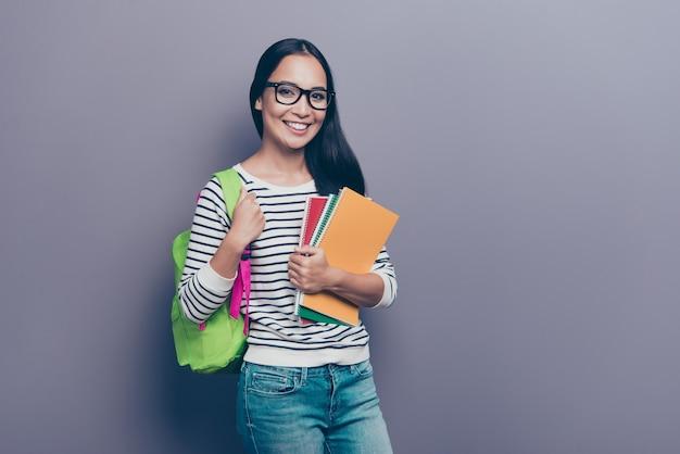 Portret vrouwelijke student met rugzak