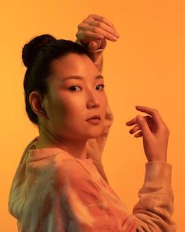 Portret youn aziatische wman zijaanzicht