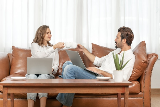 Portret zakenman en zakelijke vrouw met behulp van de computer laptop thuis kantoor