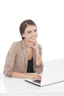 Portret zakenvrouw die op laptop werkt