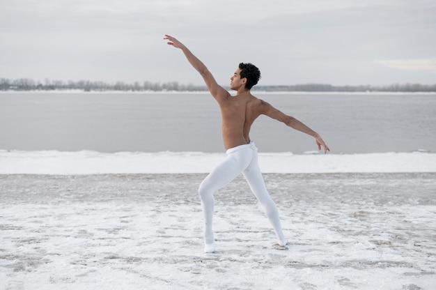 Portretballetdanser die met elegantie presteert