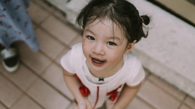 Portretbeeld van grappig aziatisch peutermeisje