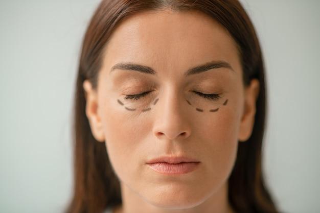 Portretfoto van een vrouw met lijnen in het gebied rond de ogen