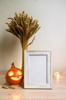 Portretframe mock up met gedroogde bloemen op houten tafel. hoge kwaliteit foto