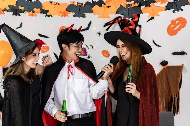 Portretgroep aziatische jonge volwassenen die halloween vieren