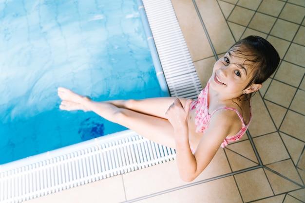 Portretmeisje die pret in binnenzwembad hebben. het meisje rust in het waterpark. actieve gelukkig kind. zwemschool voor kleine kinderen. concept vriendelijke familiesport en zomervakantie