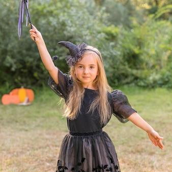 Portretmeisje met kostuum voor halloween