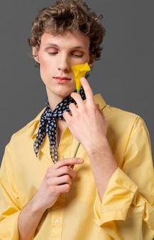 Portretmens in de modieuze bloem van de overhemdsholding