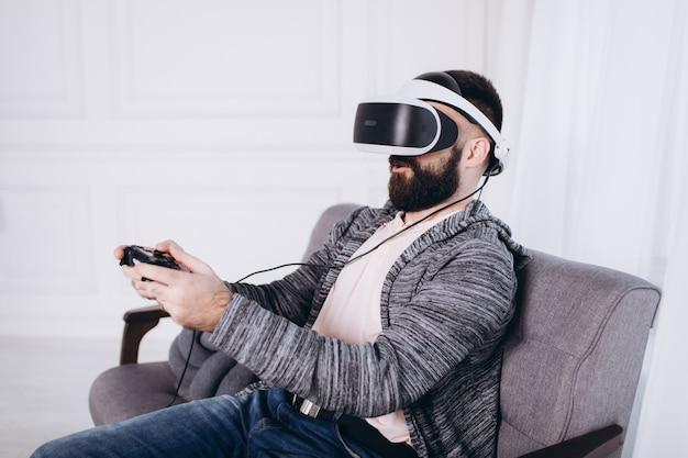 Portretmens in virtuele glazen, het concept van technologiegokken