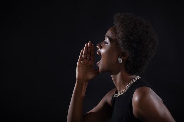 Portretprofiel van zwarte afro-amerikaanse vrouw met palmhand in de buurt van wijd open mond schreeuwend schreeuwend roepend schreeuw black friday concept