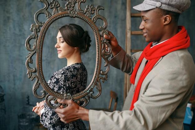 Portretschilder houdt frame, vrouwelijk model