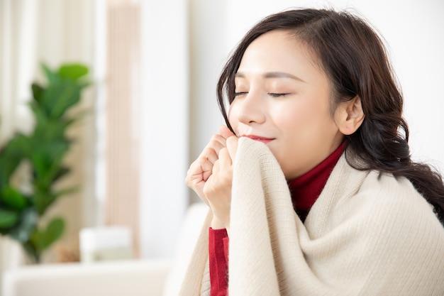 Portretten van jonge aziatische vrouw die warme kleren draagt tijdens kerstmis en de winter van het nieuwjaar