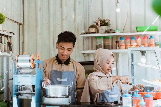 Portretten van jonge moslimmannen en -vrouwen die een gerecht bakken en koken