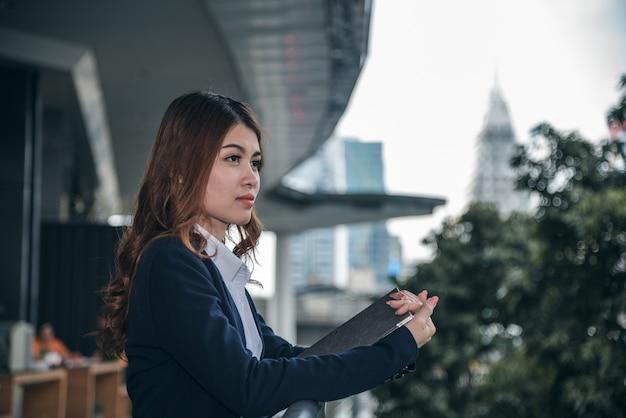 Portretten van mooie aziatische vrouw in denkende uitdrukking.