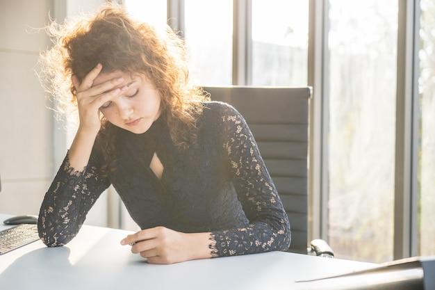 Portretten van mooie vrouw gestrest van werk.