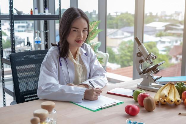 Portretten van vrouwelijke artsen die op de tafel opnemen