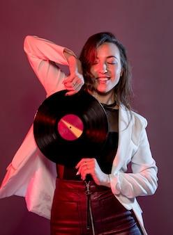 Portretvrouw die met vinyl dansen