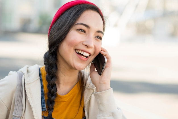 Portretvrouw die over telefoon spreken