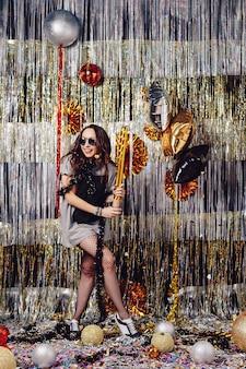 Portretvrouw die van partij en confettien genieten