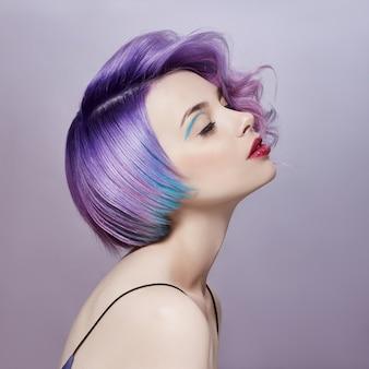 Portretvrouw met helder gekleurd vliegend haar