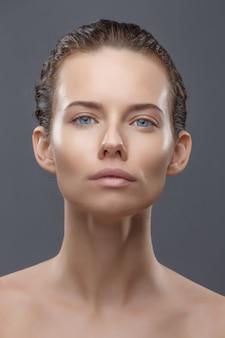 Portretvrouwen na verjongende procedure voor gezichtsinjecties