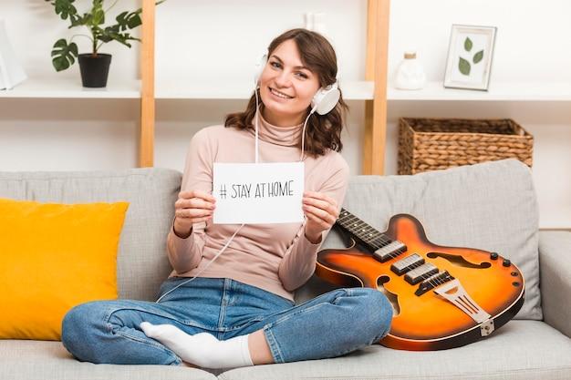 Portretwijfje op laag met gitaar