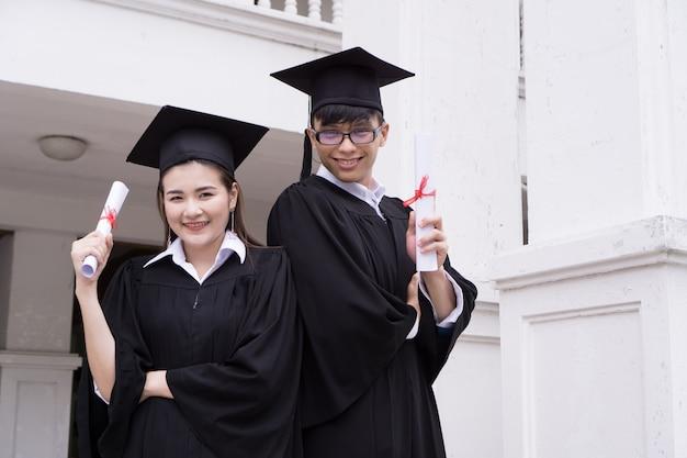 Portriat van diverse internationale afstudeerende studenten vieren succes, onderwijs doelconcept.