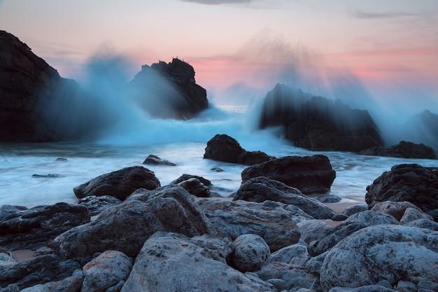 Portugal. atlantische oceaan. avond. de kliffen aan de kust en de nevel van de branding