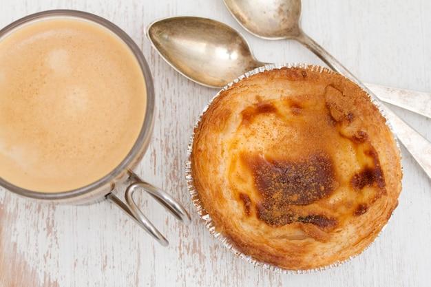 Portugees dessert pastel de nata met een kopje koffie