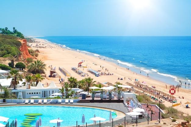 Portugees strand in de zomer. bovenaanzicht.