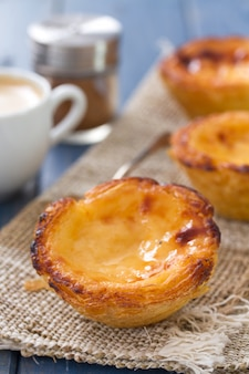 Portugese cake pastel de nata met koffie