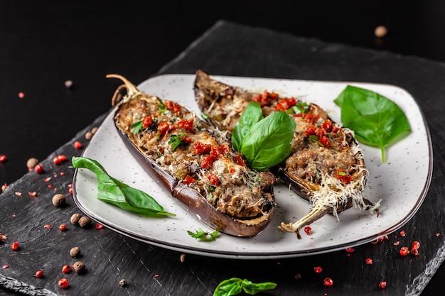 Portugese gebakken aubergines met champignons.