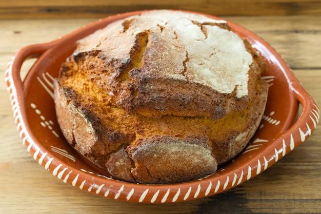 Portugese maïsbrood op bruine houten