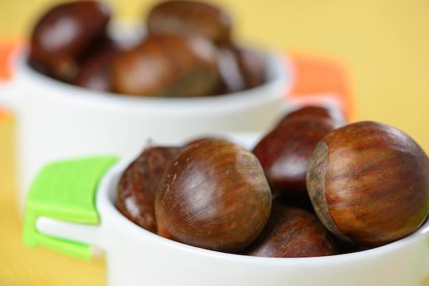 Portugese noten in keramische container op tafel met gele jute