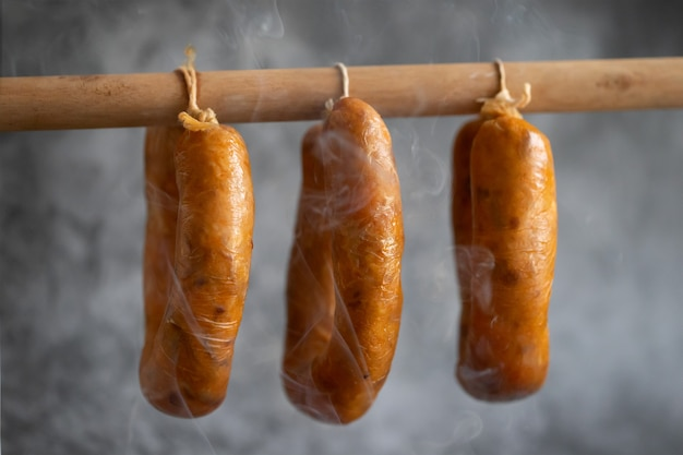 Portugese rookworst alheira op houten stok