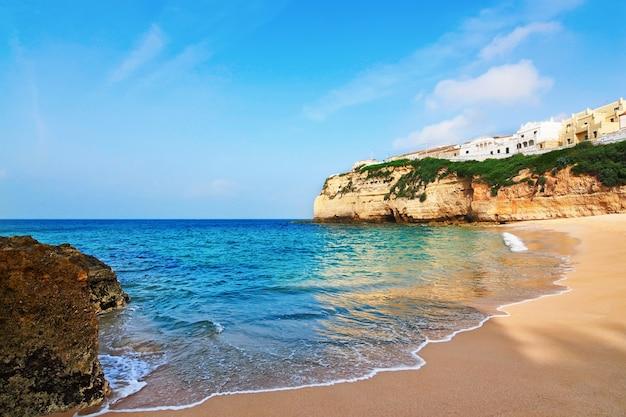 Portugese villa in carvoeiro strand met helderblauwe zee. zomer.