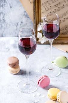 Portwijn met franse dessertmakarons
