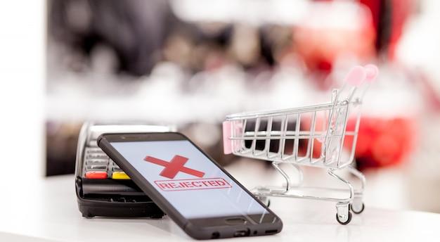 Pos-terminal, betaalmachine met mobiele telefoon. contactloze betaling met nfc-technologie