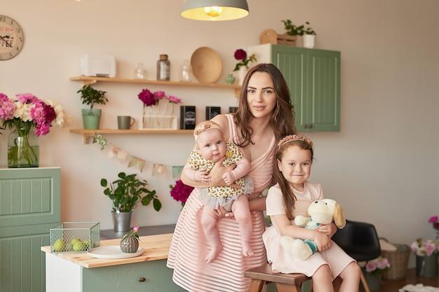 Poseren in de keuken en gelukkige familie