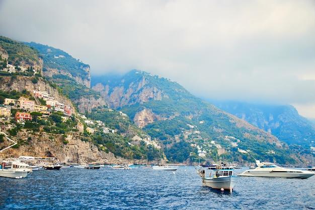 Positano, amalfikust, campanië, italië. prachtig uitzicht van positano langs de kust van amalfi in italië in de zomer. ochtend uitzicht stadsgezicht op de kustlijn van de middellandse zee.