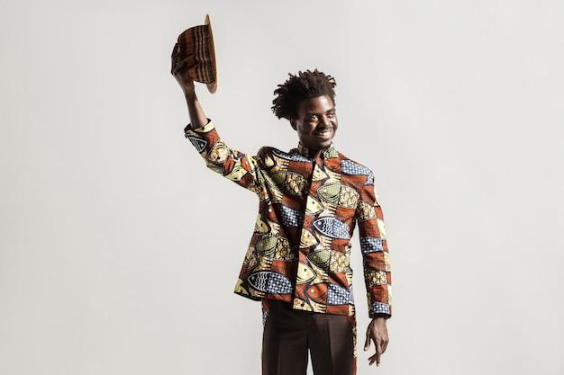 Positief afrikaans model met hoed zeg hallohi