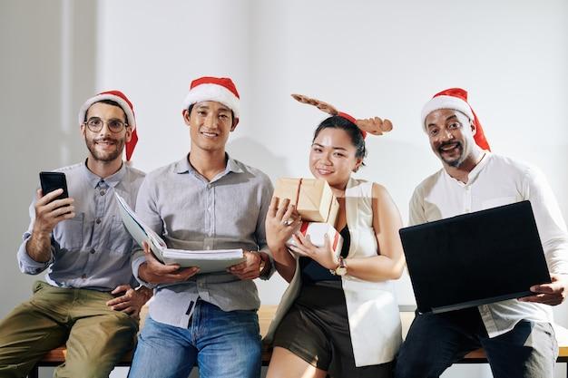 Positief commercieel team dat kerstmis viert