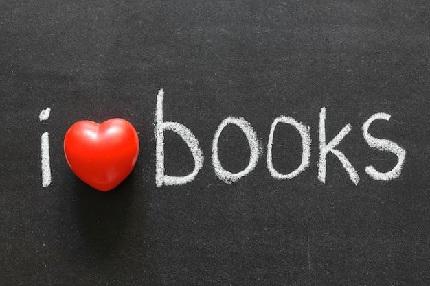 Positief concept - handgeschreven ik hou van boeken zin op het schoolbord