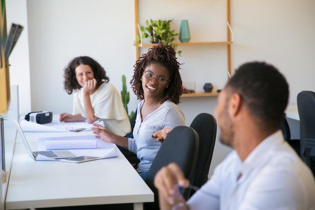 Positief diverse technische werkgroep chatten op werkplekken