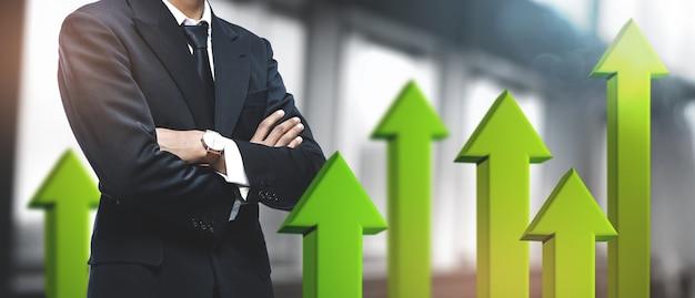 Positief groeiend zakelijk succes. aziatische zakenman op wazig kantoor. 3d groene pijl omhoog