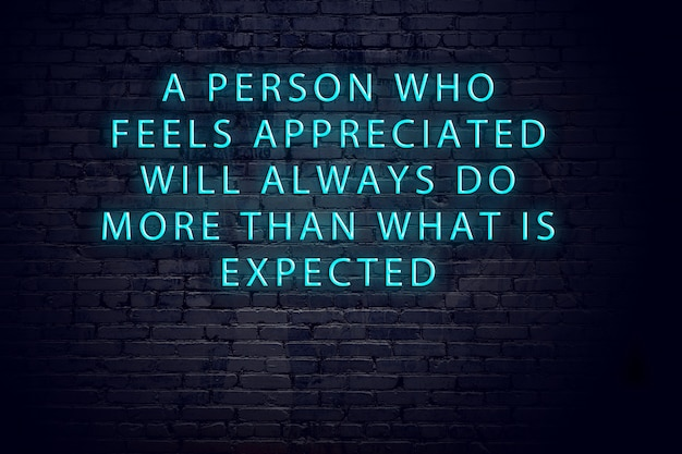 Positief inspirerend citaat op neonteken tegen bakstenen muur