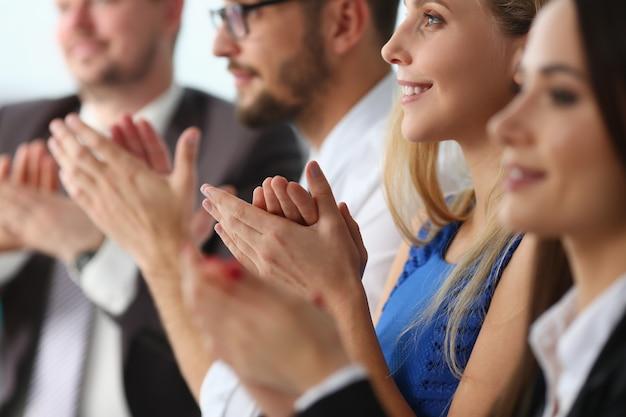 Positief opgetogen mensen die dankbaar zijn voor de conferentie