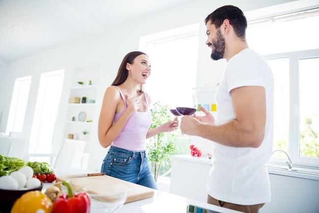 Positief twee mensen thuisblijven hebben date wijn drinken
