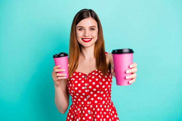 Positief vrolijk meisje kopen afhaalmaaltijden koffiekopje vasthouden geven vriend